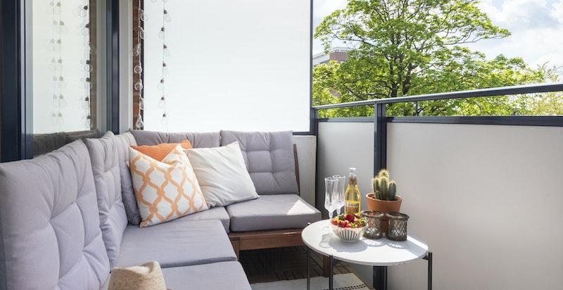 Det er lagt nytt tredekke på balkongen som skaper en lun og god stemning.