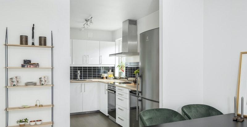 Nyere kjøkken med integrerte hvitevarer.