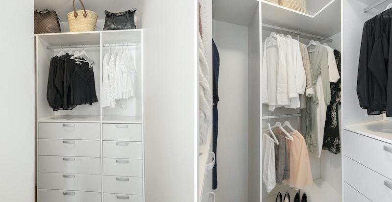 Et stort og velinnredet walk-in closet.