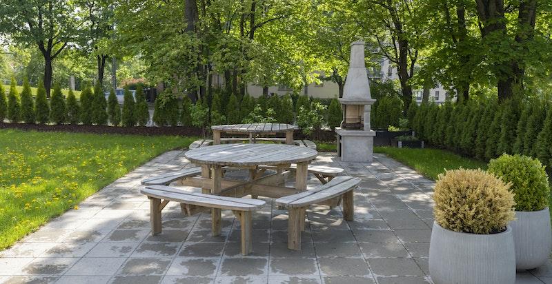 Borettslagets hage er særs hyggelig og har sittegrupper til fri benyttelse for andelseierne.