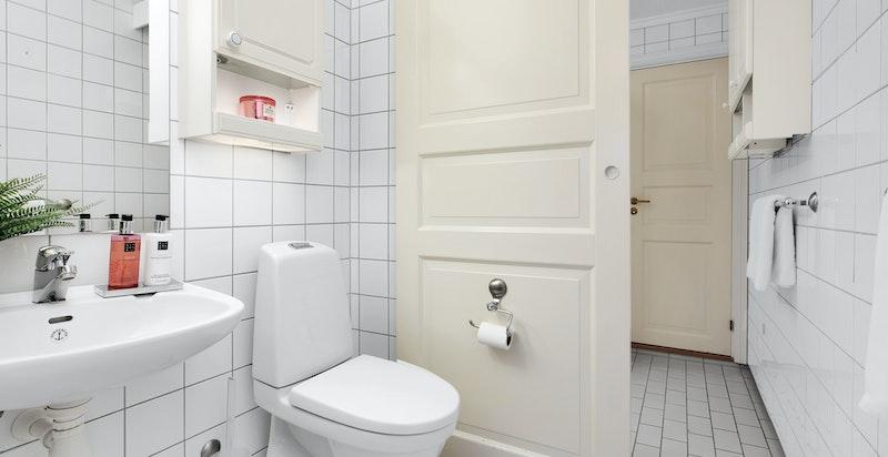 Bad i tilknytning til hovedsoverom. Benyttes også som gjestetoalett. Skyvedør ved wc