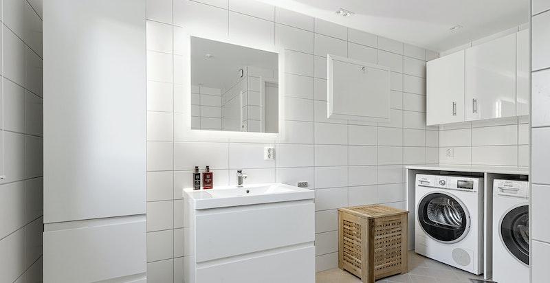Romslig gjestebad/vaskerom