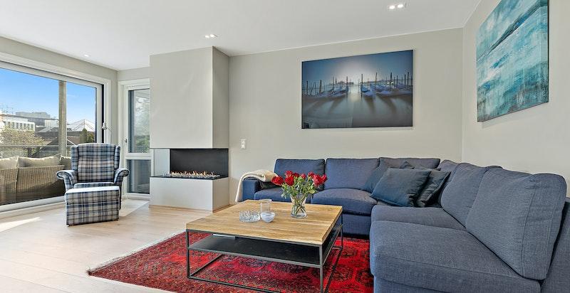 Luftig stue med gasspeis og store vindusflater