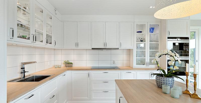 Tidløs innredning fra Drømmekjøkkenet, påkostet med oppgradert utstyr og hvitevarer