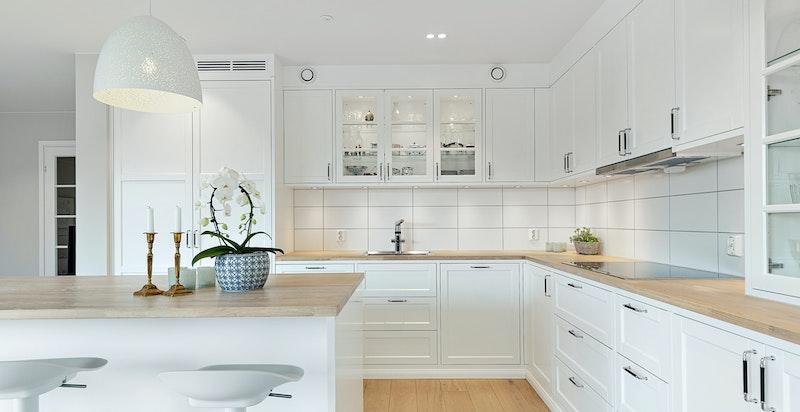 Gode arbeidsforhold med stor kjøkkenøy og takhøye skap