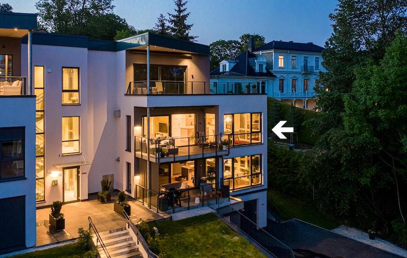 Stemningsbilde fra luften markert med leilighetens beliggenhet