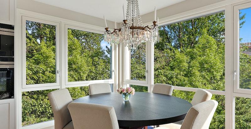 Naturlig spiseplass i hjørne med store vindusflater