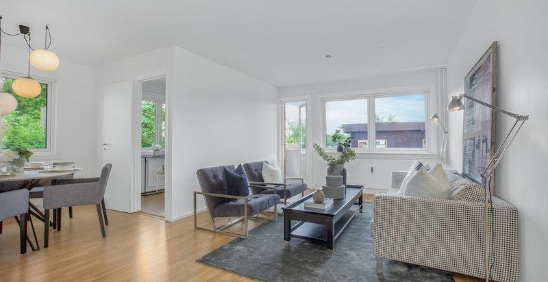 Lys hyggelig stue i vinkel med utgang balkong
