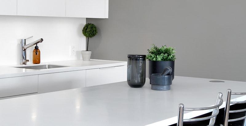 Praktisk kjøkkenøy med supplerende arbeidsflate og oppbevaringsplass