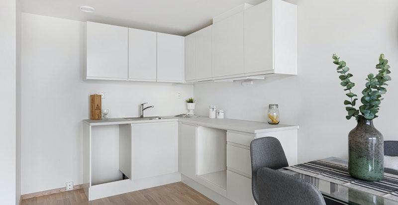 Selger har satt inn integrert oppvaskmaskin, stekeovn, platetopp samt frittstående kjøleskap som medfølger.