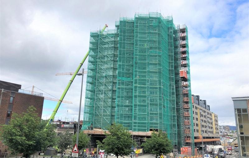 Bilde tatt av byggeplass 23. mai. Leiligheten ligger på hjørnet til venstre på motsatt side av fasaden.