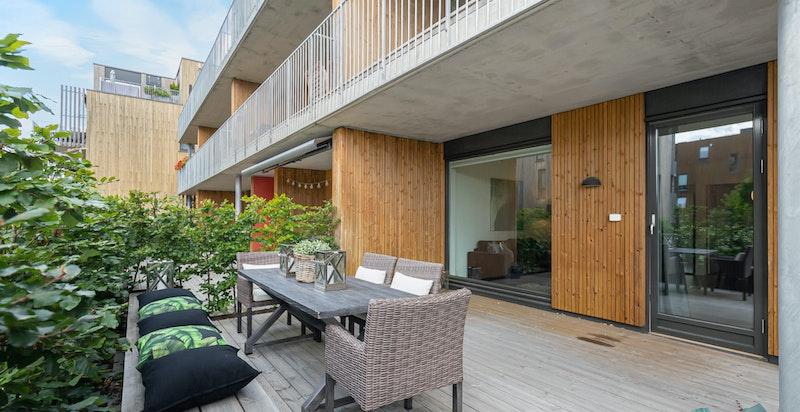 Terrassen er overbygget og har meget gode solforhold