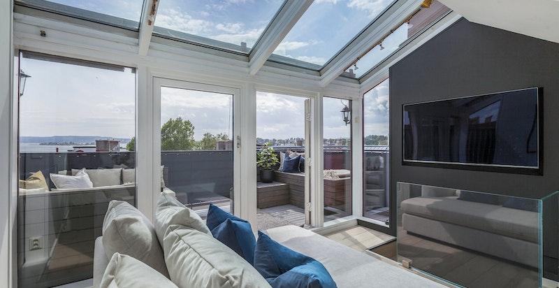 Lys og luftig loftstue på ca 11 kvm med utgang til privat takterrasse