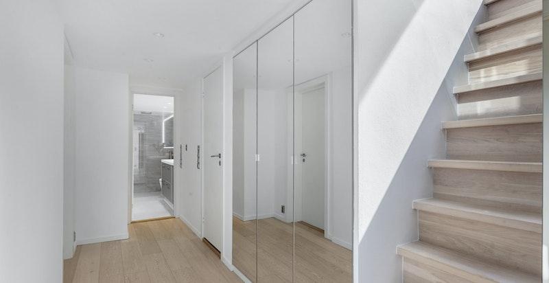 Mellomgangen med garderobeskap og trapp opp til 6. etasje