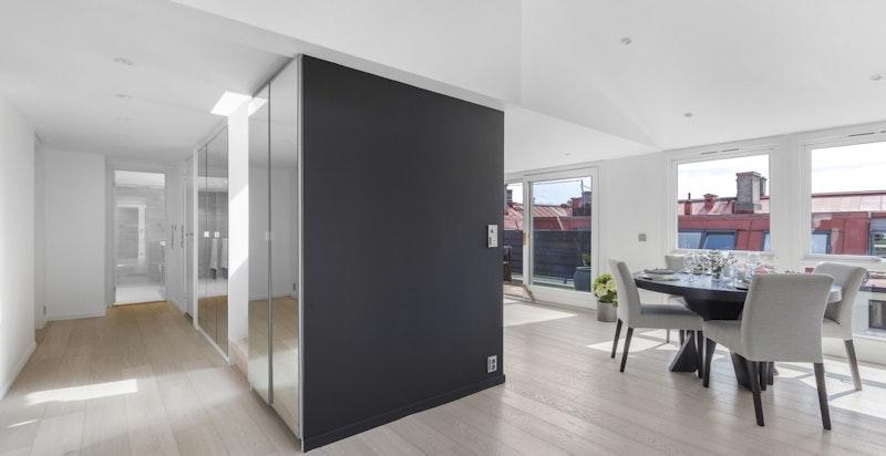 Det er lagt ny flott lys 1-stavs eikeparkett med gulvvarme i alle rom (unntak av walk-in closet) i 2016