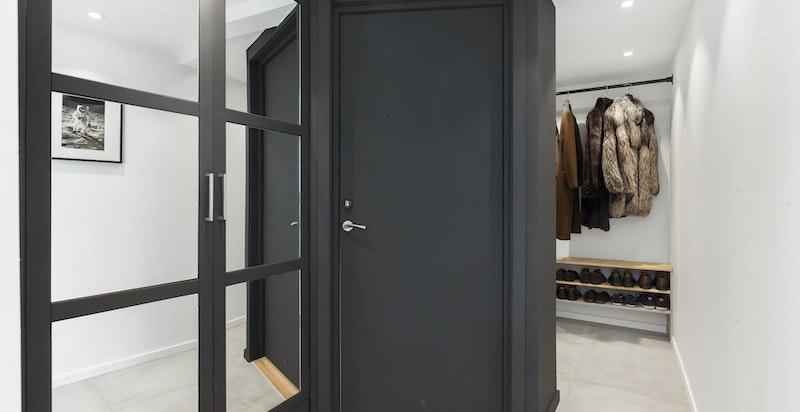 Romslig entré med garderobeskap og walk-in garderobeløsning. Ny entrédør fra 2017