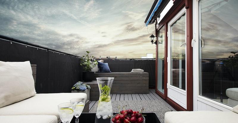 Terrassen er helt skjermet for innsyn og svært lun. Kombinert med installerte varmelamper og markise gir dette en forlengelse av av sommersesongen som kan nytes på terrassen fra april til oktober. Integrert putekasse i enden.