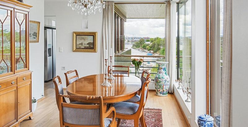 Spisestue med sjøutsikt og utsikt mot Oslo Rådhus