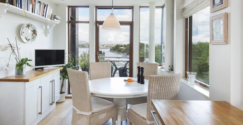 Spiseplass på kjøkken med utgang til frokostbalkong