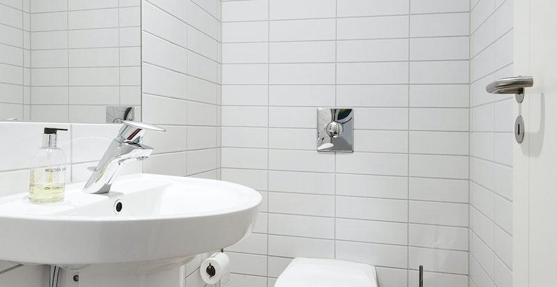 Separat wc vegg i vegg med praktisk vaskerom