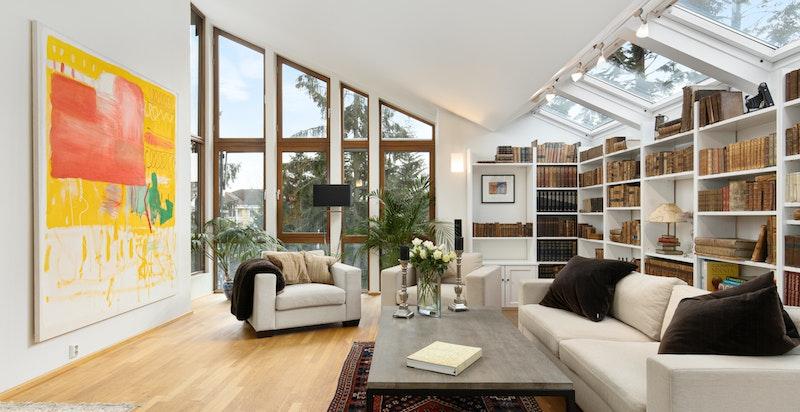 Luftig stue med takhøyde opp mot 4 meter