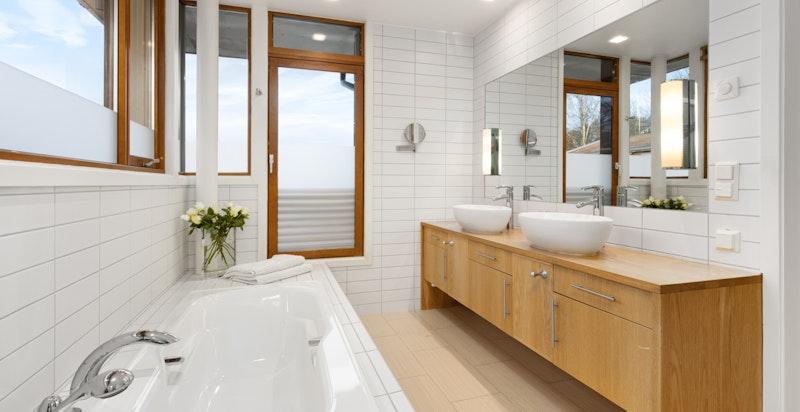 Hovedbad med badekar og hjørnedusj