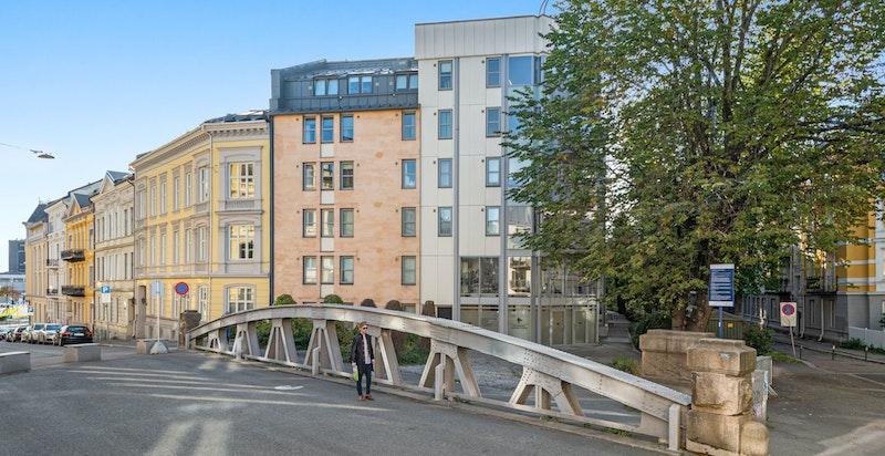Lokalet har en attraktiv og sentral beliggenhet på hjørnet mot Lassons gate og Huitfeldts gate - med gangavstand til Aker Brygge/Tjuvholmen, Vika m.m.