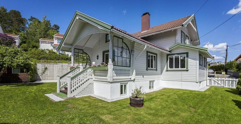 Koselig veranda med trapp ned til hagen