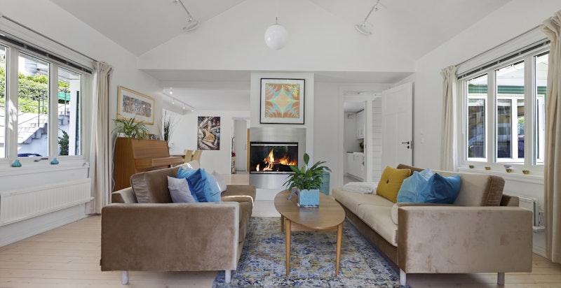 Hyggelig stue med peis.