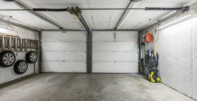 Romslig garasje med elbil lader.