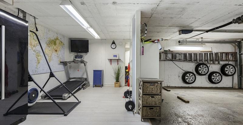 Oppvarmet garasje på 54 kvm.innredet med eget trimrom.