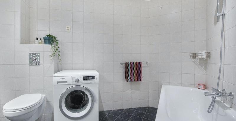 Bad rehabilitert i 2006 i regi av boligselskapet med bl.a. gulv med varmekabler, sluk og rør-i-rør system