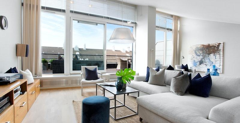 Store vindusflater gir rikelig med naturlig lys