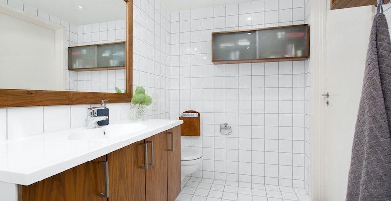 En del nye baderomsinnredning (skap, hyller og speil i valnøtt) ble laget av møbelsnekker og montert i 2006