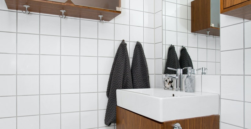 Bad med adkomst fra entré/hall