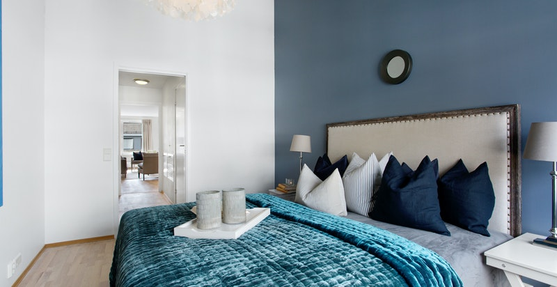 Master suite med eget bad og omkledningsrom/mellomgang