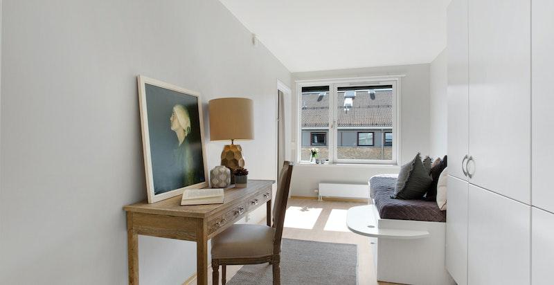 Romslig med god plass til seng, skrivebord og garderobeskap