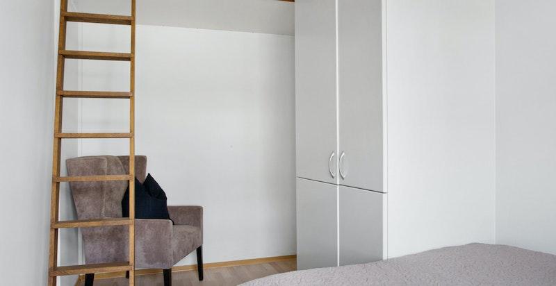 Det ble bygget en sovehems i det minste soverommet (sov 3) i 2006. Koøye (vindu) ble også montert i vegg ved hems