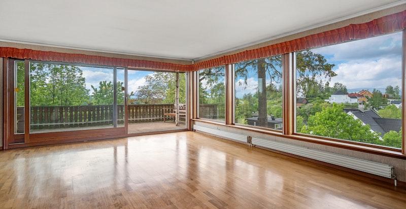 Stor stue med mye vinduer og utsikt mot vest