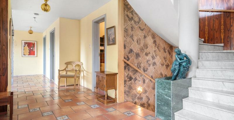 Hall - trapp i marmor mellom etasjene innvendig - varme i trappen