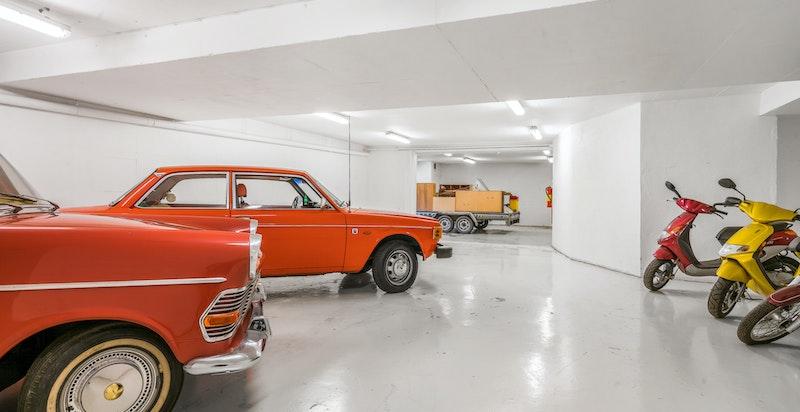"""Garasje eller """"flerbrukshall"""" med plass tl bordtennis, basketball, fotball mm."""