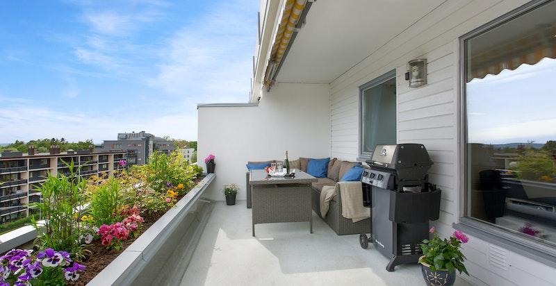 Romslig sydvendt terrasse med god plass til utegruppe
