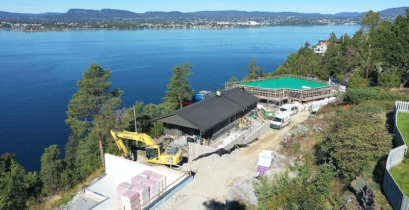 Byggingen er godt i gang - helt på pynten mot fjorden og utsikten