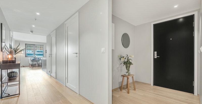 Innbydende entré/gang med plass for oppbevaring/garderobe.