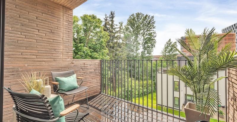 Sydvendt balkong på ca. 6 kvm med hyggelig utsyn.
