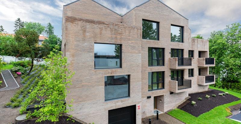 Moderne fasade og flott arkitektur. Inngangsparti og innkjøring til garasje.