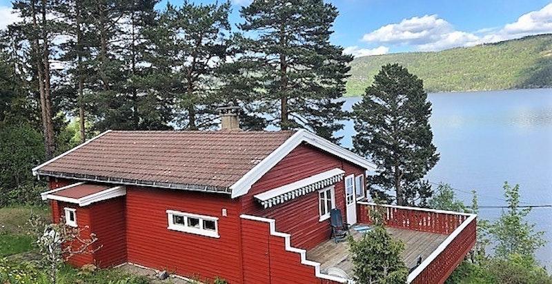 """Velkommen til et rolig opphold på """"Fjordgløtt"""" - Stor eiendom med strandparsell og flott utsikt!"""