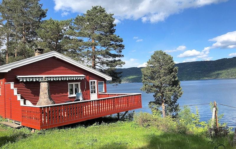 Beliggende ytterst på kanten med fri utsikt utover Holsfjorden