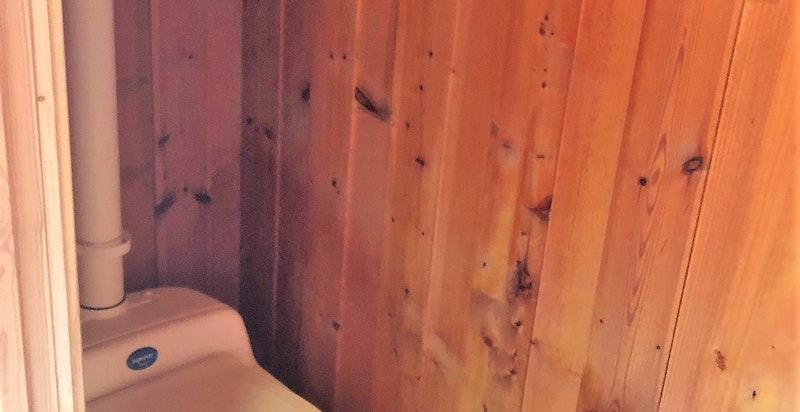 Installert bøttedo i avlukke på et soverom