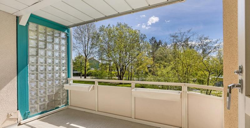 Velkommen til Tante Ulrikkes Vei 16C! Stor og lys 2-roms med sydvendt balkong, nytt bad og nyere kjøkken. God intern beliggenhet i høy 1. etasje.